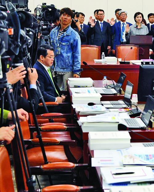 야당의 '유은혜 패싱', 국감장 나가고, 차관에만 질의하고 기사의 사진
