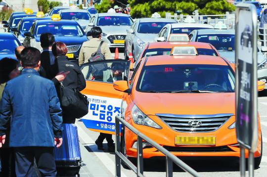 """[포토] """"카카오 카풀 반대""""… 18일 택시 파업 비상 기사의 사진"""