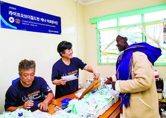진료 후 약과 함께 복음서… 케냐 오지에 사랑을 전하다 기사의 사진