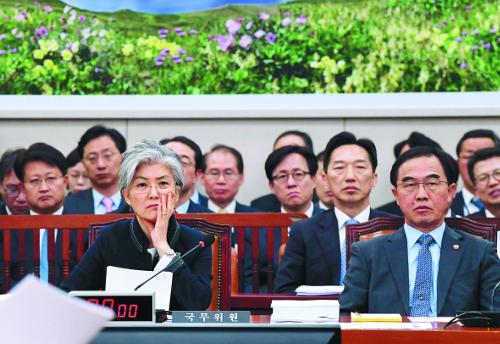 """""""미국에서 들었다""""는 강경화, """"북한으로부터 못들었다""""는 조명균 기사의 사진"""