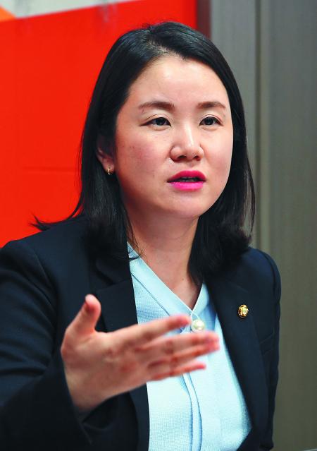 """[단독] 첫 국회의원 출산휴가 신보라 의원 """"본회의장에 아기 데려갈 수 있는 법 통과돼야"""" 기사의 사진"""