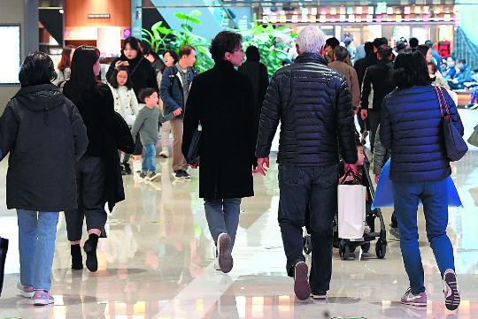 """""""복합쇼핑몰도 월 2회 휴무"""" '을과 을 대결' 부추기는 유통산업발전법 기사의 사진"""