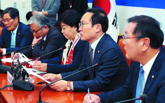 """""""의석 뺏길라""""… 민주당, 선거제도 개혁 딜레마 기사의 사진"""