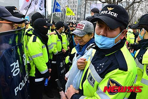 인권과 공권력 사이… 경찰의 '물리력 행사 기준' 딜레마 기사의 사진