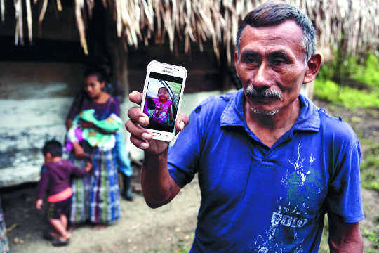 美 국경서 구금됐던 과테말라 7세 소녀 숨져… 이민정책 도마에 기사의 사진