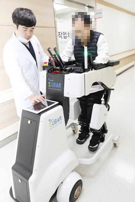"""로봇타고 재활 치료… """"끌었던 다리로 이젠 걸을 수 있어요"""" 기사의 사진"""