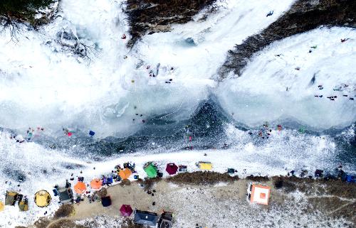 [앵글속 세상] 점점이 빙벽 오르는 이들, 겨울 풍경화 연출합니다 기사의 사진