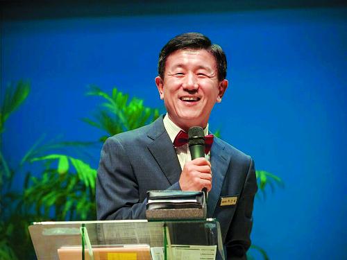 """선거에 지고도 """"하하"""" 웃는 목사님 기사의 사진"""