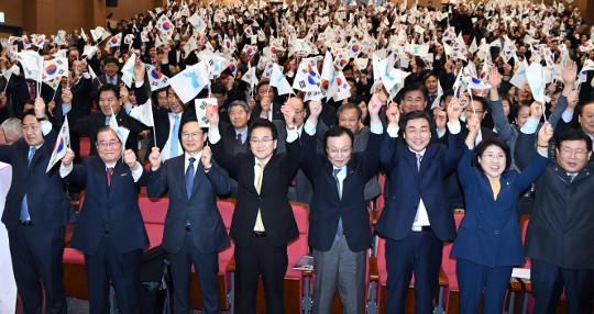 """민주당 '지역 200+비례 100석' 개혁안에, 한국당 """"어떻게 줄일 건가"""" 반문 기사의 사진"""