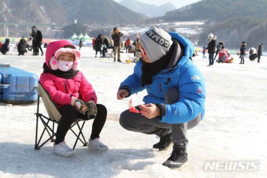 2300개 얼음 구멍서 추억 낚자!… 인제빙어축제 막바지 준비 기사의 사진