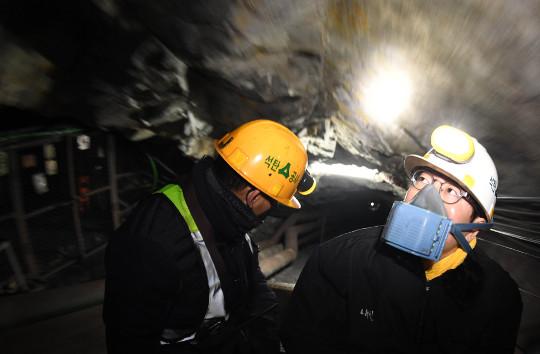 지하 600m 숨이 막혀도… 희망으로 '막장 인생' 뚫는다 기사의 사진