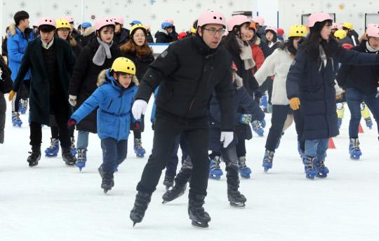 [포토] 서울광장 스케이트장 폐장 기사의 사진