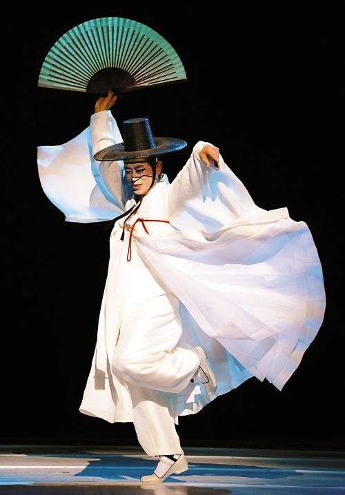 학이 구름 위로 비상하듯이… 조흥동 류 대표작 '선비 춤' '중부 춤' 연수회 개최 기사의 사진