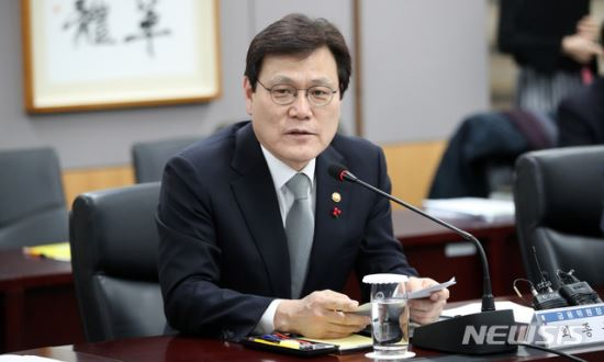 """최종구 금융위원장 """"한국, 데이터 경제의 경쟁에 참여할 마지막 기회"""" 기사의 사진"""