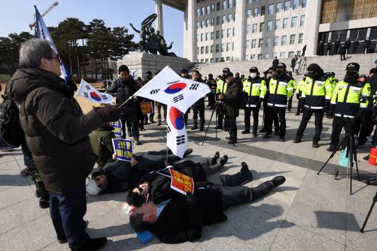 태극기 부대에 쫓겨다닌 한국당… '5·18 망언' 결론도 못내 기사의 사진