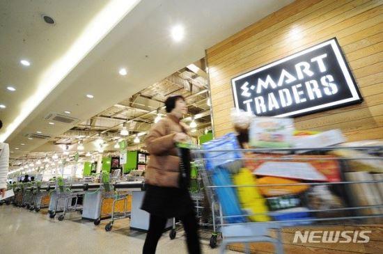 """이마트 """"온라인·트레이더스 앞세워 올 매출 5.1% 늘어난 20조 달성할 것"""" 기사의 사진"""