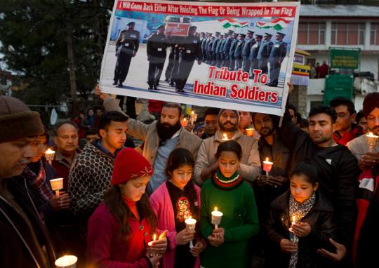 [포토] 카슈미르 자폭 테러… 印 경찰 41명 사망 기사의 사진