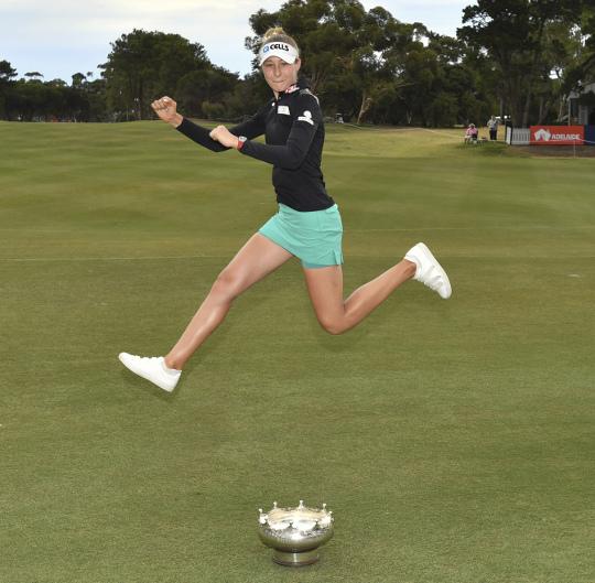 넬리 코다, 호주오픈 우승… 가족 4번째 호주 대륙 정복 기사의 사진