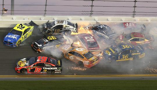 [포토] '불꽃' 튀는 美 카레이싱, 출전 차량 수십대 연쇄 충돌 기사의 사진