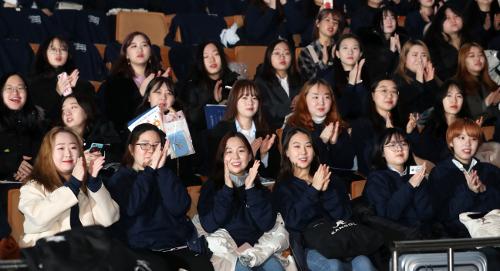 [포토] 공연 보며 즐거워하는 숙명여대 신입생들 기사의 사진