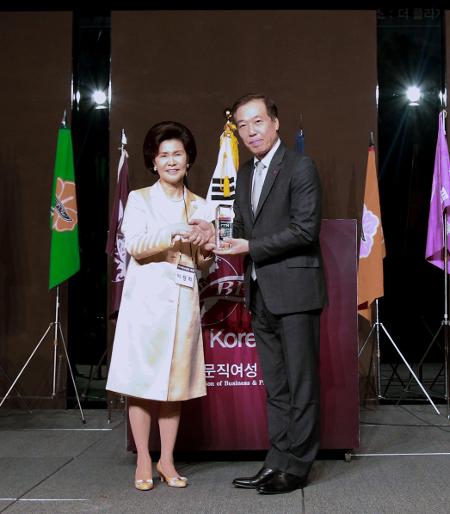 롯데홈쇼핑 이완신 대표 'BPW 골드 어워드' 수상 기사의 사진