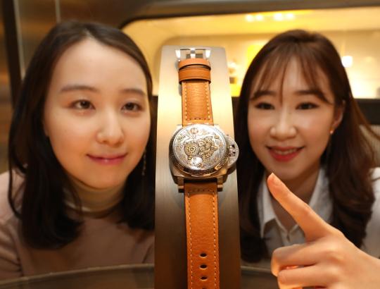 [포토] 전 세계 88개뿐인 伊 파네라이 '황금돼지해 기념 시계' 기사의 사진