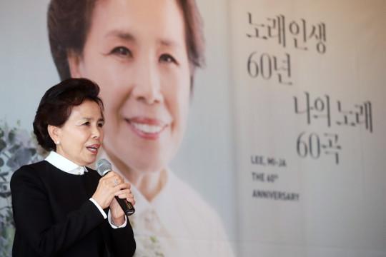 """""""하루아침에 '동백 아가씨' 금지곡 돼… 팬들 덕분에 버텼죠"""" 기사의 사진"""