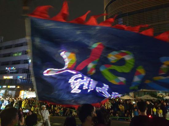 '열광의 도가니' 반포대로가 들썩였다…화려한 야간 음악 퍼레이드쇼
