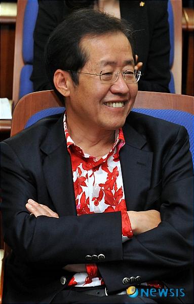 """[단독]민주당 총선 패션 가이드 """"홍준표처럼 입으면 안돼, 文대통령 산행 패션도 X"""""""